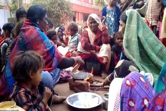 VIDEO: जमीन बचाने के लिए कलेक्टर ऑफिस के बाहर धरने पर बैठे आदिवासी