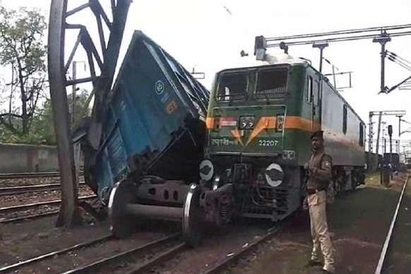 VIDEO : इंजन टकराने से मालगाड़ी का डिब्बा पलटा,  रेलवे ब्रिज का पिलर हुआ क्षतिग्रस्त