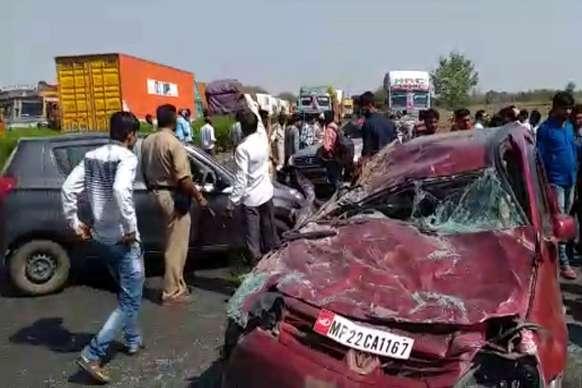 PHOTOS: ओवर टेक करने के दौरान NH-7 पर आपस में भिड़ी तीन कारें, 2 की मौत