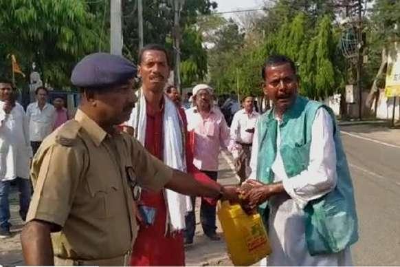 मुजफ्फरपुर: नामांकन रद्द होने से नाराज 2 प्रत्याशियों ने आत्मदाह करने का प्रयास किया