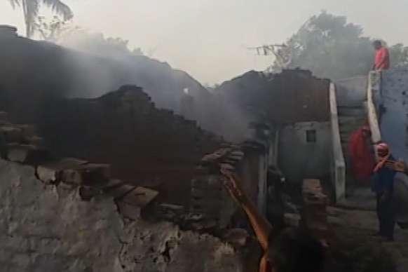 शॉर्ट सर्किट से भड़की आग में 6 मकान खाक, देखें VIDEO