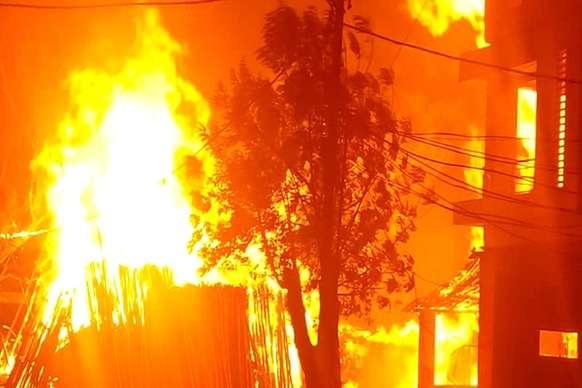 भीषण आग लगने से 70 लाख की लकड़ी जलकर राख, पीड़ित परिवार को ढाढस देने पहुंचीं साध्वी प्रज्ञा