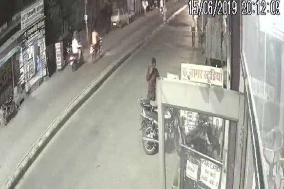 चोर ने चुराई बाइक पर घटना हो गई सीसीटीवी कैमरे मे कैद