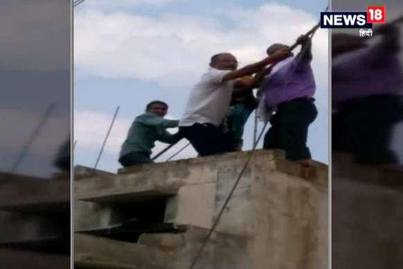 विधायक भी छत पर चढ़ विद्युत कर्मियों के संग खींचने लगे तार