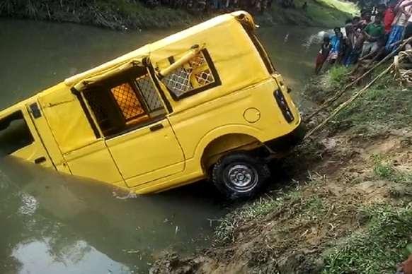 अररिया: ट्रैक्टर की ठोकर से गड्ढे में जा गिरी स्कूल वैन