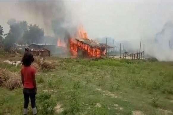 दबंगों ने दलित बस्ती को किया आग के हवाले, 25 घर जलकर खाक