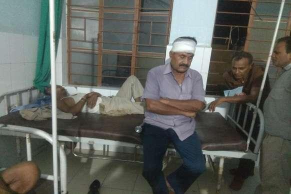शराब धंधेबाजों को पकड़ने गई पुलिस टीम पर हमला, चार जख्मी
