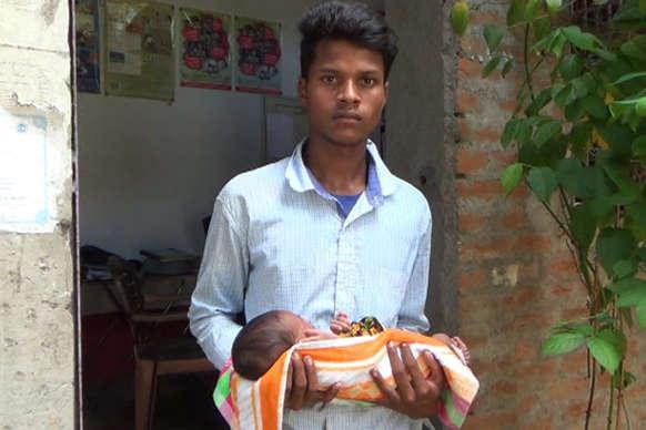 मजबूर पिता की कहानी, 17 दिन के बच्चे को खुद से किया अलग