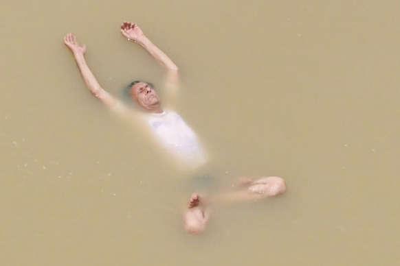 67 वर्ष के गेंदालाल रजक पानी में घंटों तक रहकर करते हैं योग