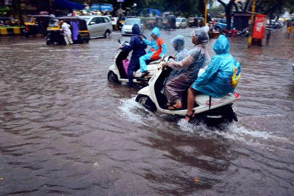 मुंबई में भारी बारिश: स्कूल-कॉलेज बंद, 11 ट्रेन रद्द, 56 फ्लाइट डायवर्ट