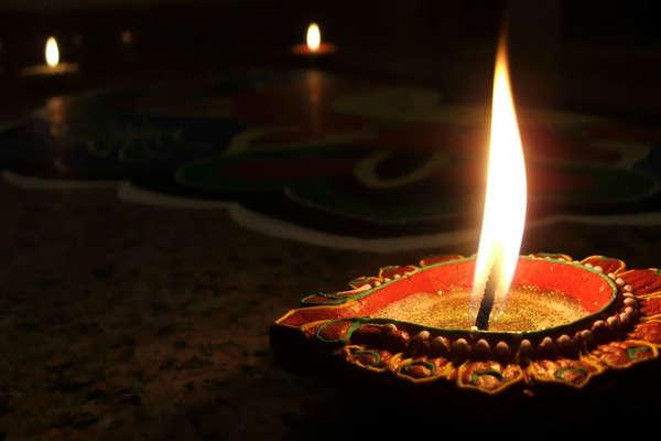 दिवाली मन के उजाले का त्योहार तो पटाखे जलाना किसने शुरू किया?