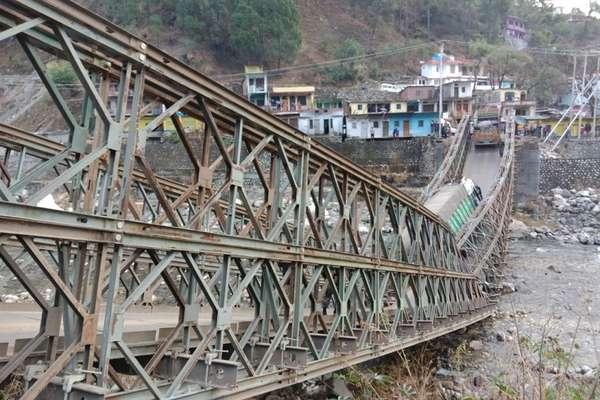 जैसे ही दो ट्रक गुज़रे ढह गया पुल, चीन सीमा से संपर्क पूरी तरह कटा