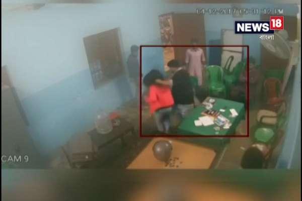 VIDEO: कॉलेज में छात्रनेता करता रहा लड़की की पिटाई, देखते रहे दोस्त