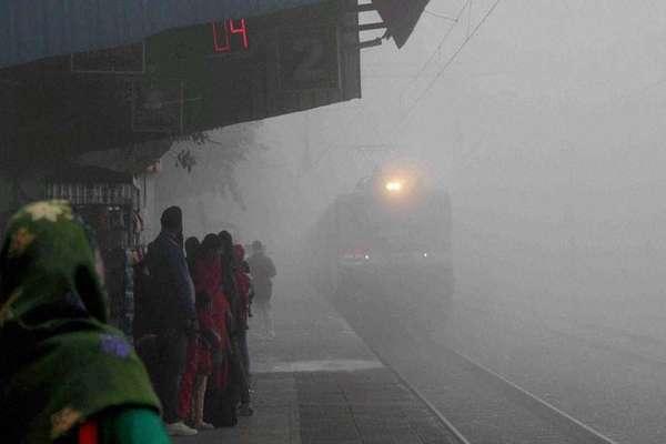 कोहरे की वजह से 35 ट्रेन लेट, दिल्ली में 10 से ज्यादा उड़ानें भी प्रभावित