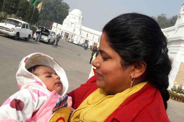दिल्ली विधानसभा में यह बच्चा सभी विधायकों का चहेता है