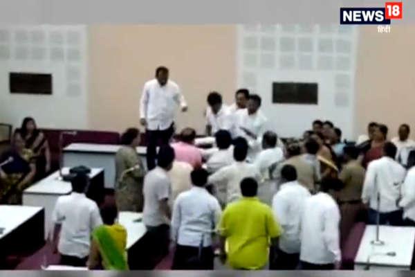 वाजपेयी को श्रद्धांजलि प्रस्ताव का किया विरोध तो पार्षदों ने MIM नेता को पीटा