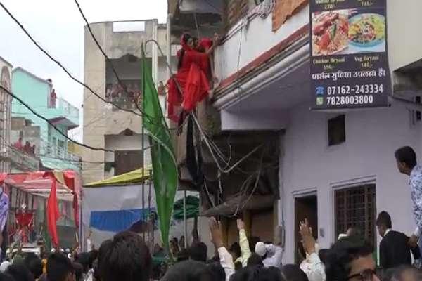 VIDEO : मोहर्रम के जुलूस के दौरान ढहा छज्जा, मुंडेर के सहारे लटकी महिला