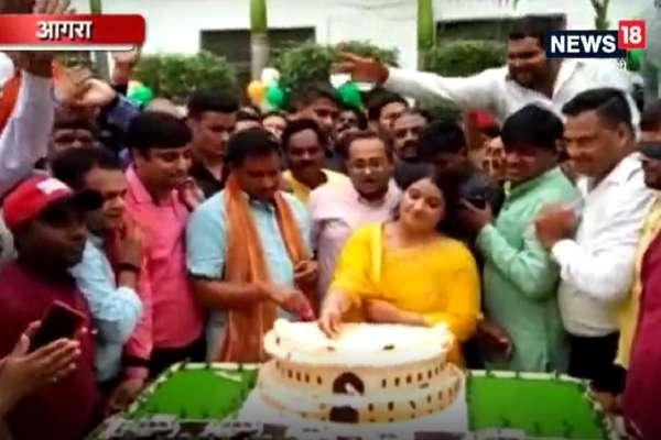 VIDEO: बर्थडे पर BJP सांसद और SC/ST आयोग अध्यक्ष ने काटा संसद भवन का केक
