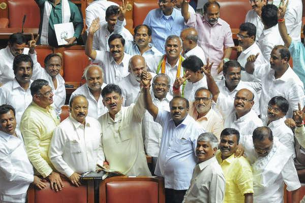 कर्नाटक में तख्तापलट की अटकलों के बीच JDS-कांग्रेस का दावा- सेफ है कुमारस्वामी सरकार