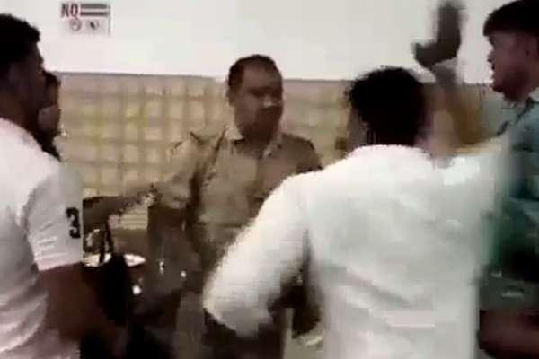 मेरठ: BJP पार्षद ने की यूपी पुलिस के दारोगा की जमकर पिटाई, वीडियो वायरल
