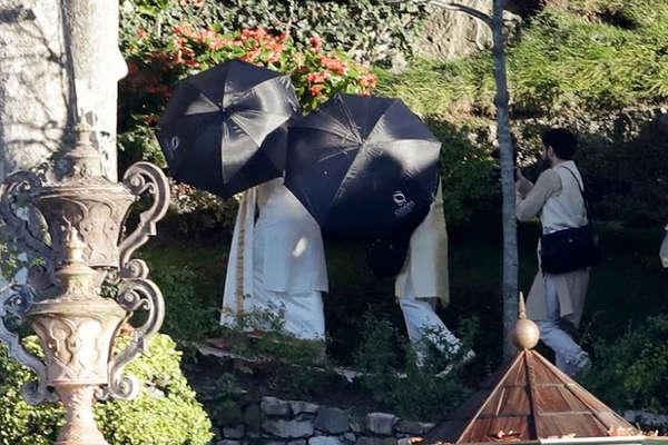 मीडिया से बचने के लिए छतरी के पीछे छिपे दीपिका-रणवीर, देखें PICS