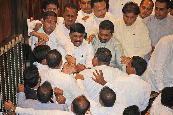 PM बनने मंत्रियों ने संसद में चलाए लात-घूसे, सिर भी फटा और आंसू भी निकले