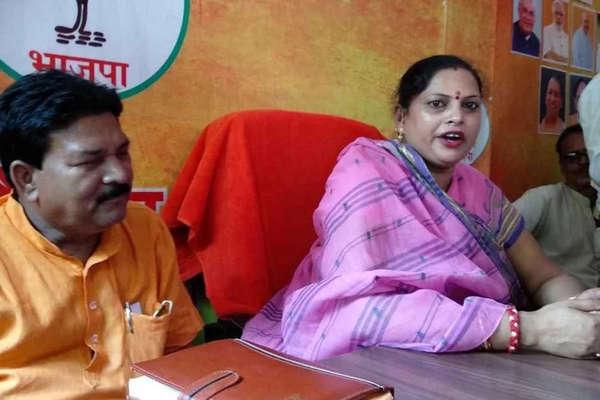 BJP नेता रोकते रहे लेकिन मंच से मायावती पर अभद्र बयान देती रही महिला विधायक
