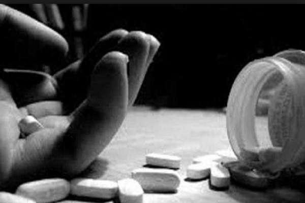 कर्ज़ से परेशान व्यवसायी ने परिवार सहित पीया ज़हर, पति-पत्नी-बेटे की मौत, 2 बच्चों की हालत गंभीर