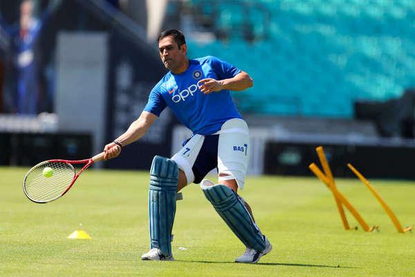 क्रिकेट बैट छोड़ मैदान पर ऐसे खेलते दिखे एमएस धोनी!