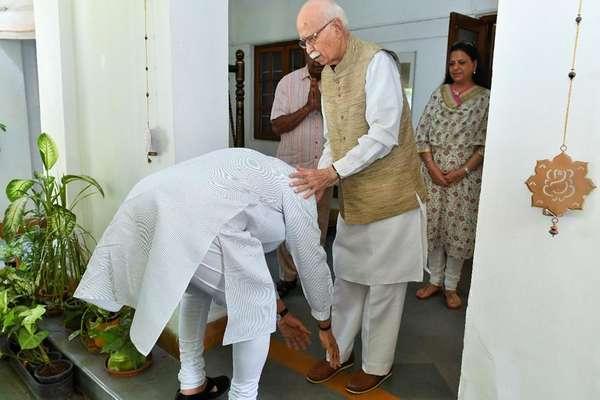 PHOTOS: लोकसभा चुनाव में प्रचंड जीत के बाद आडवाणी-जोशी से मिले मोदी, पैर छूकर लिया आशीर्वाद