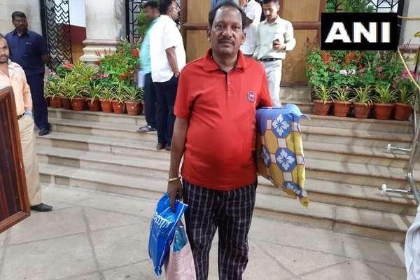 तकिया-बिस्तर लेकर विधानसभा पहुंचे BJP नेता, रातभर चलेगा धरना