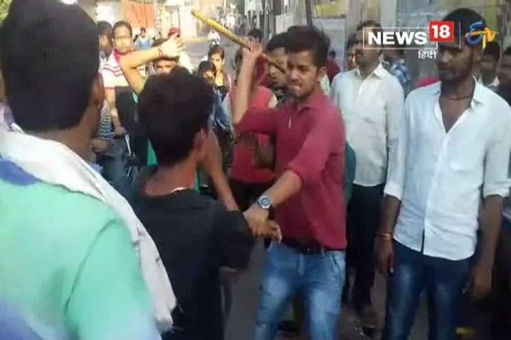 VIDEO: मनचले की परिजनों की जमकर पिटाई, छात्रा को करता था परेशान
