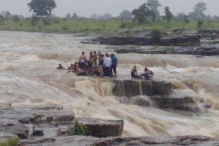 शिवपुरी: सुल्तानगढ़ वॉटरफॉल में बहे 17 पर्यटक, हेलीकॉप्टर ने पानी में फंसे 7 लोगों को बचाया