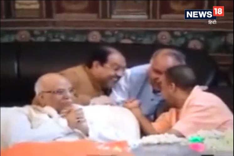 एनडी तिवारी के अंतिम दर्शन में मंत्रियों के साथ हंसते नजर आए CM योगी